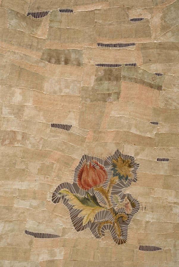 Sidival Fila Senza, Titolo Fiore Antico 01, 2019. Fleur ancienne cousue à la main et lin restauré, coupé, collé et cousu, sur métier à tisser. 49 × 35,5 cm. Courtesy Galerie Poggi, Paris
