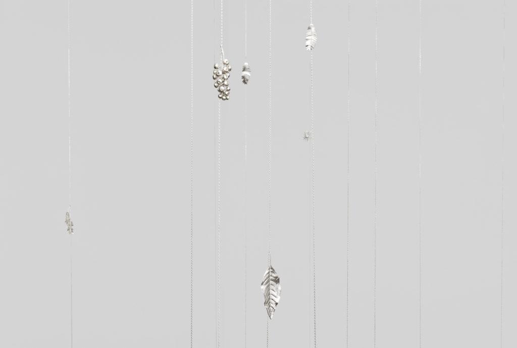 Kapwani Kiwanga, Potomitans, 2021. Feuilles, fleurs et chaînes en argent massif, dimensions variables. Courtesy Galerie Poggi, Paris © Aurélien Mole